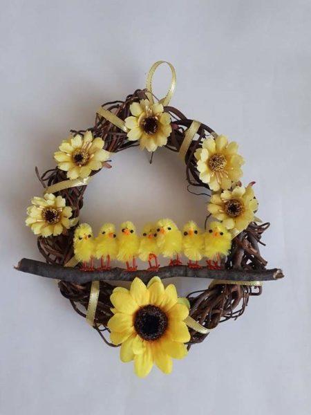 Žlutý proutěný věnec s květy