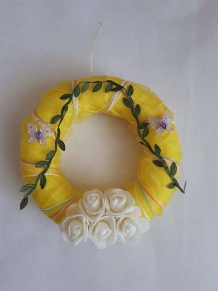 Žlutý věnec s bílými růžičkami