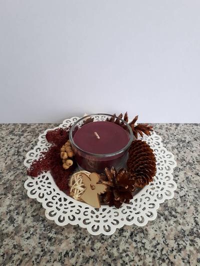 Vánoční tácek s tmavě fialovou svíčkou