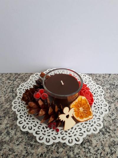 Vánoční tácek s hnědou svíčkou